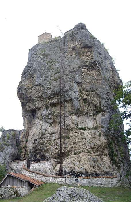 Столп Кацхи: церковь на неприступной скале в Грузии