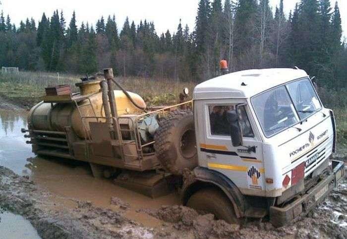 На удмуртских дорогах вязнут даже экскаваторы (12 фото)
