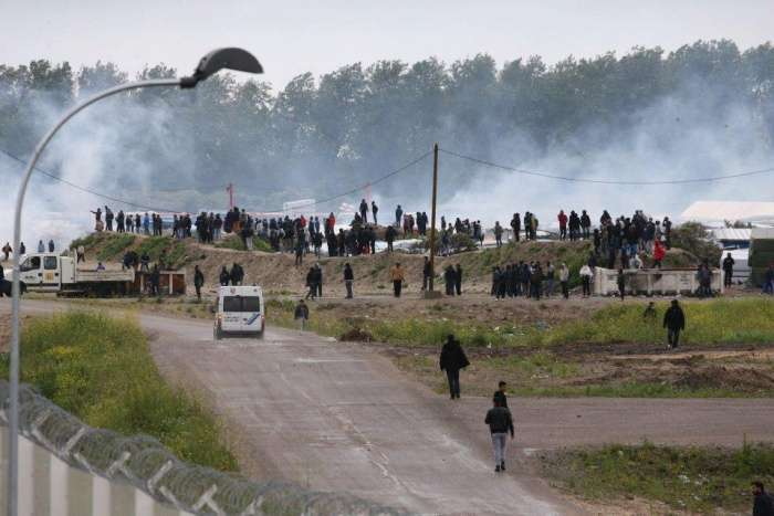 Мигранты продолжают штурмовать французский город Кале (6 фото)