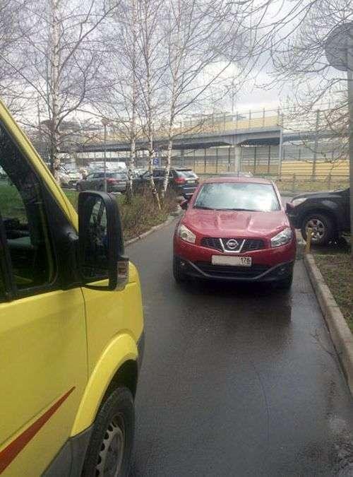 В Санкт-Петербурге неравнодушный мужчина оттащил автомобиль (3 фото)