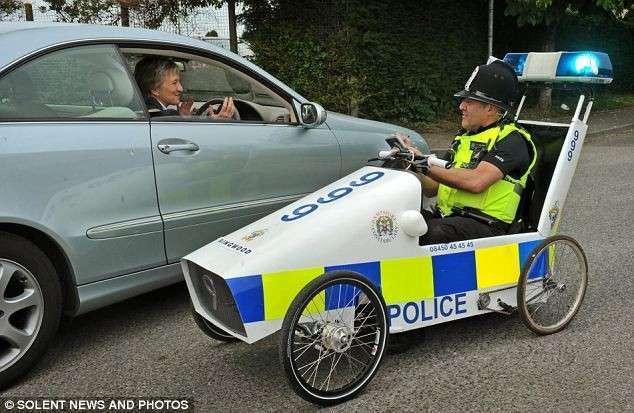 Бюджетное полицейское авто (2 фото)