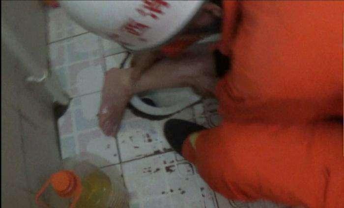Дама крепко застряла в толчке ногой (4 фото)