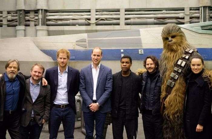 Принцы Уильям и Гарри на съемочной площадке «Звездных войн» (8 фото)