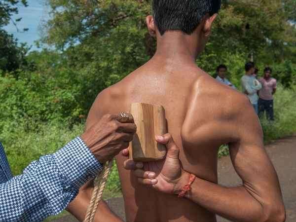 Индийский паренек с удивительной анатомией может таскать автомобили лопатками