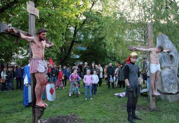 Иисуса Христа «распяли» в Украине (18 фото)