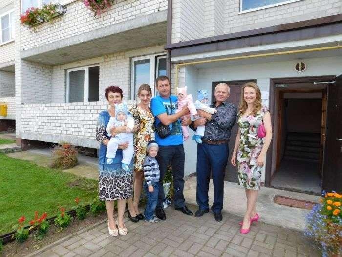 Жена губернатора подарила свою квартиру многодетной семье (2 фото)