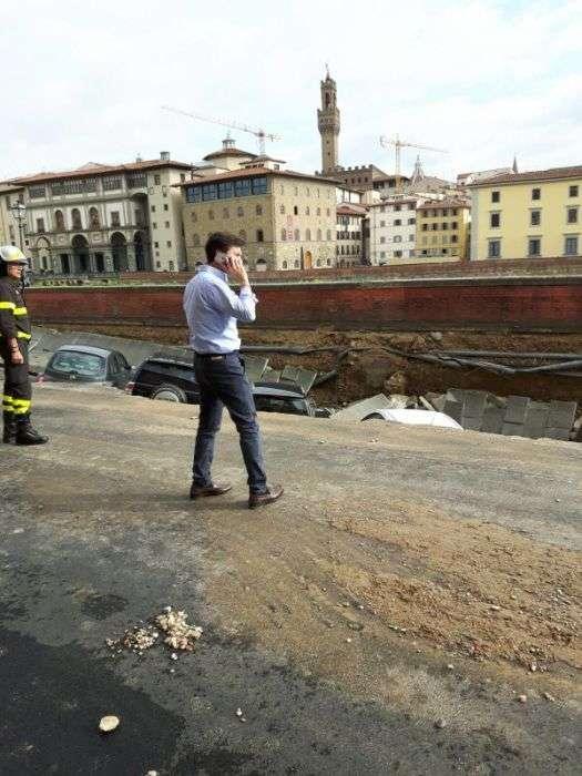 Во Флоренции обрушилась набережная со стоявшими на ней машинами