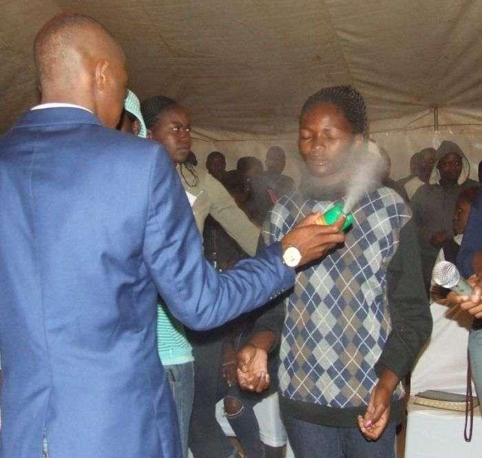 В ЮАР пастор «лечил» прихожан средством от насекомых (9 фото)