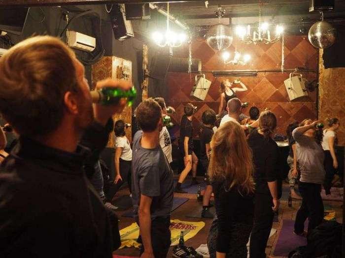 Йога с бутылкой пива (12 фото)