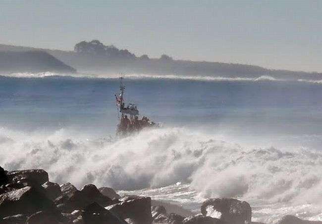 Волна перевернула корабль (13 фото)