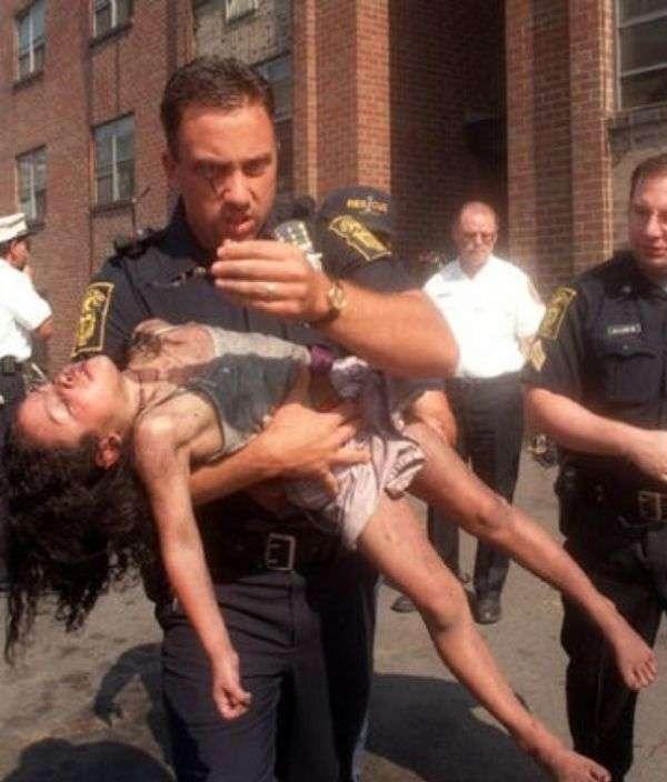 Полицейский, спасший 18 лет назад девочку, пришел на ее выпускной (2 фото)