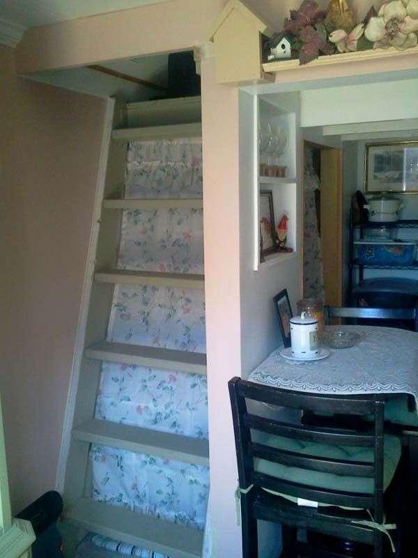 Бабушка отдала дочери и внукам дом, а сама обустроила двухэтажное жилье в крохотном сарае (12 фото)