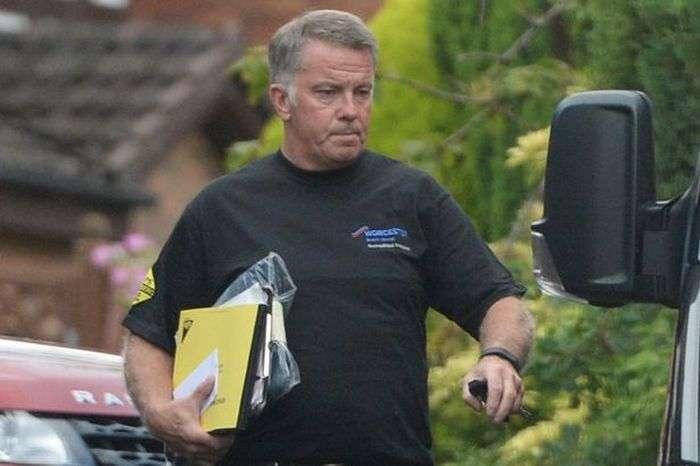 Водопроводчик, выигравший 14 млн фунтов стерлингов, вышел на работу (3 фото)