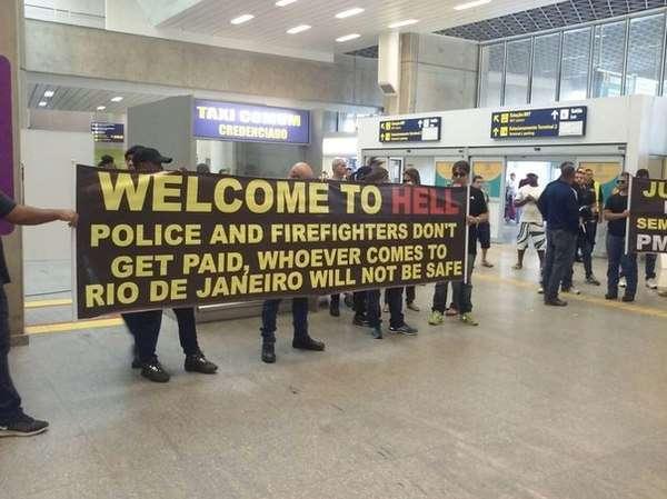 «Добро пожаловать в ад»: в столице Олимпиады-2016 туристов встречают бастующие бюджетники (ВИДЕО, ФОТО)