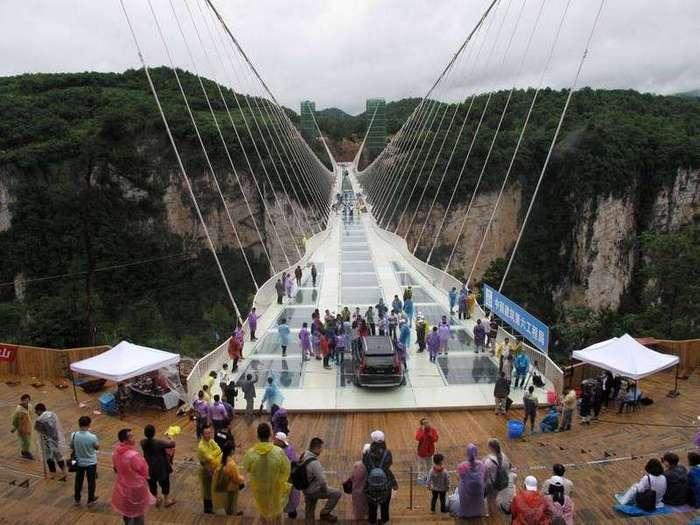 Испытание на прочность стеклянного моста в Китае