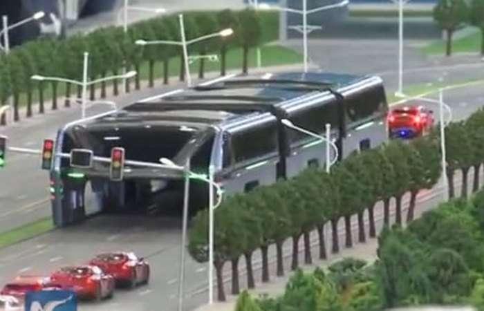 Китайцы создали «наддорожный» автобус, который спасёт экологию городов