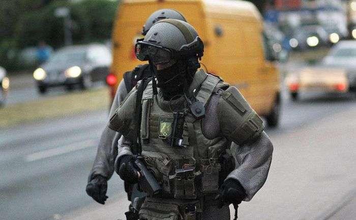 Немецкие полицейские стали использовать кольчугу для защиты (9 фото)