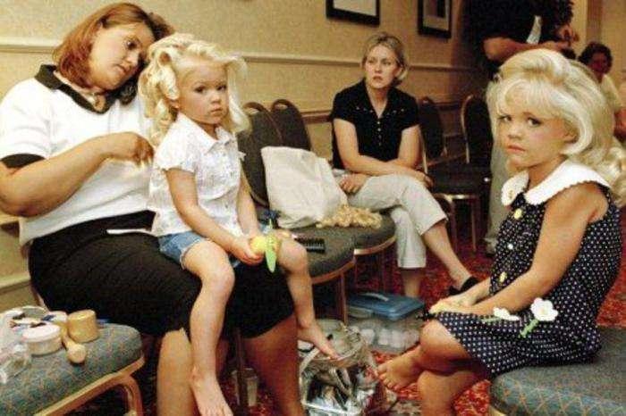 Эти малышки слишком рано узнали все тонкости взрослой жизни... (8 фото)