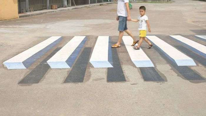 В Индии начали рисовать 3D-зебры, чтобы заставить водителей-лихачей притормозить (5 фото)