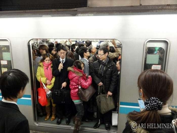 Осторожно, двери закрываются, или Как в японском метро людей в вагоны заталкивают