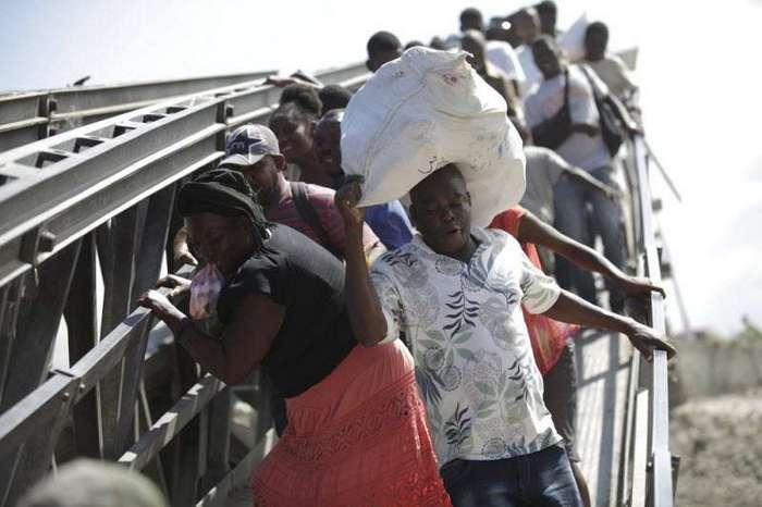 Опасная переправа по рухнувшему мосту в Гаити (7 фото)