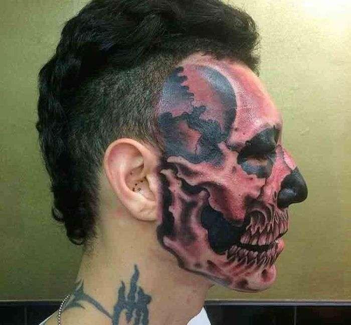 Парень превратил половину своего лица в череп (3 фото)
