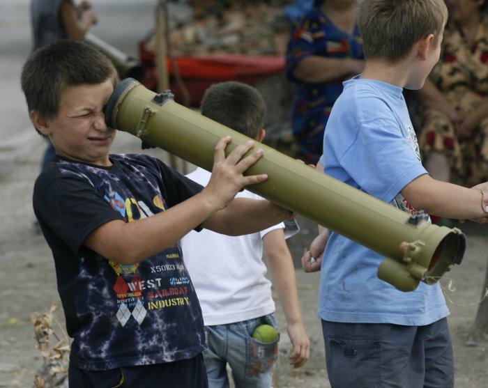 Война в детских руках (8 фото)