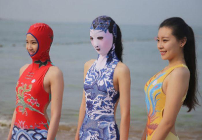Почему китайцы загорают в масках