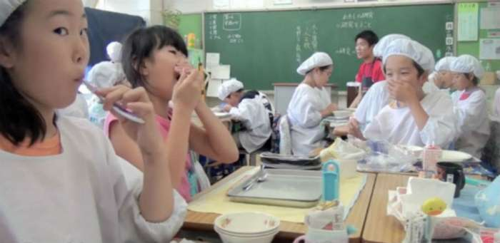 Как обедают дети в японской школе