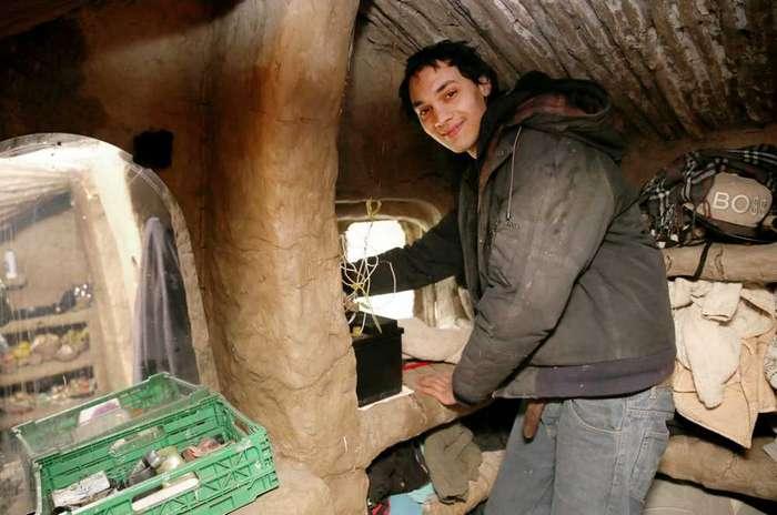 Парень за 4 года построил настоящий «дом хоббита» из глины и коряг