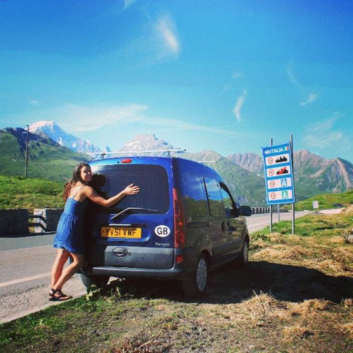 Девушка переделала фургон и колесит по миру —в компании со своим классным лабродором