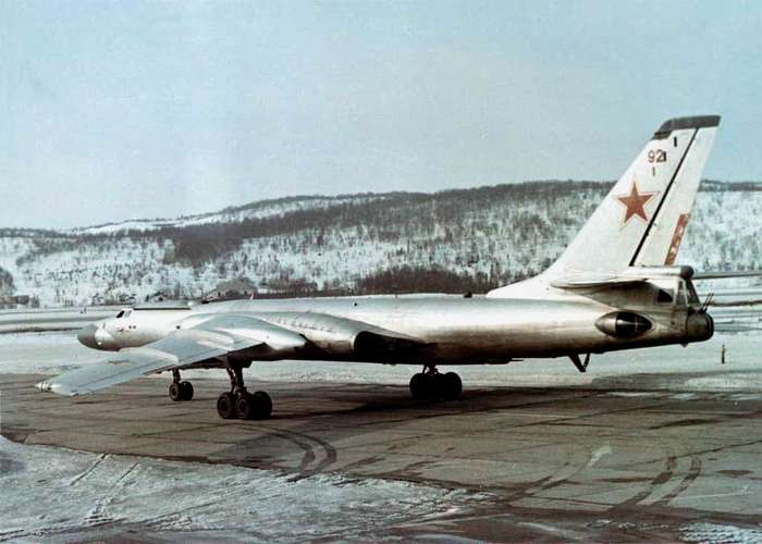 Дрейфующий в течении года на льдине бомбардировщик Ту-16.