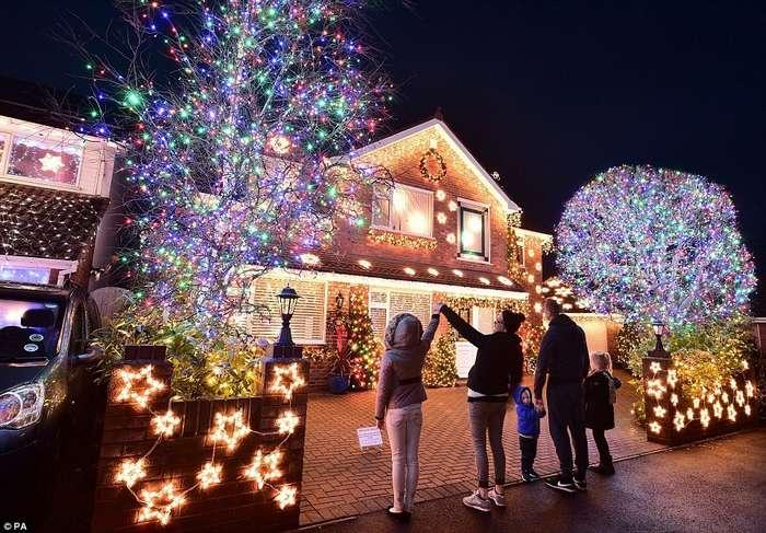 Самая праздничная улица Британии: тупичок в Бернем-он-Си украсили более 100 000 лампочек
