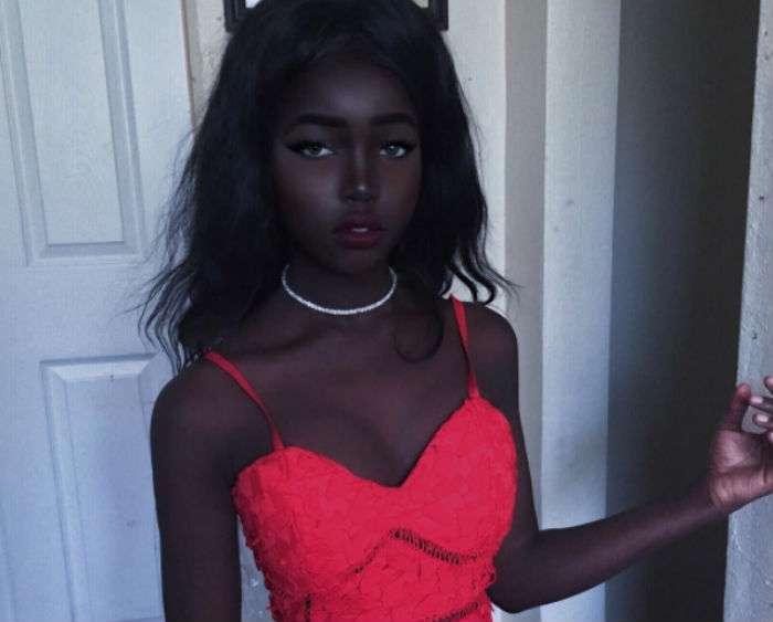 Современная Лолита с угольно-черным цветом кожи и необычной внешностью покоряет инстаграм
