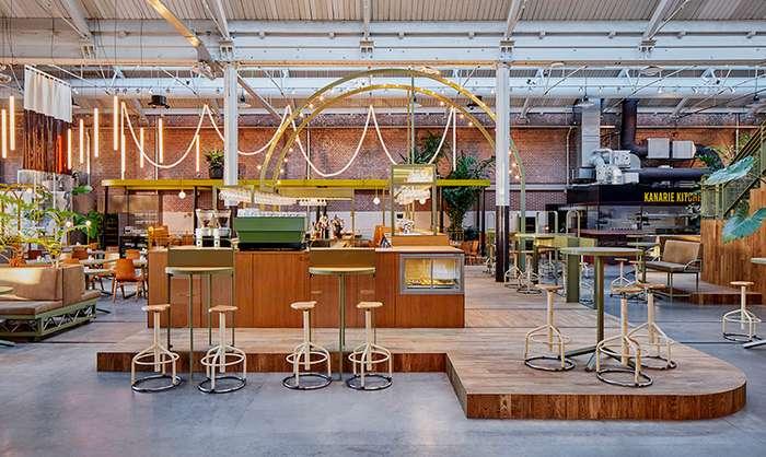 Трамвайное депо переделанное в бар-ресторан в Амстердаме