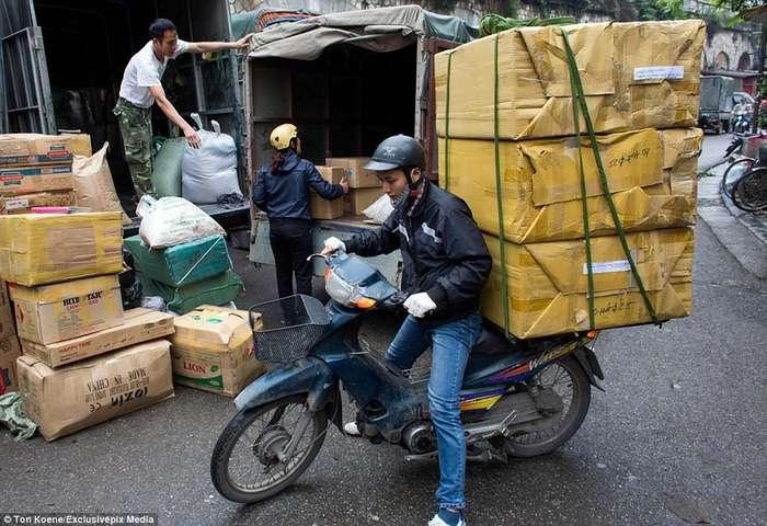 Эти бесстрашные вьетнамцы могут перевозить на мопедах всё что угодно