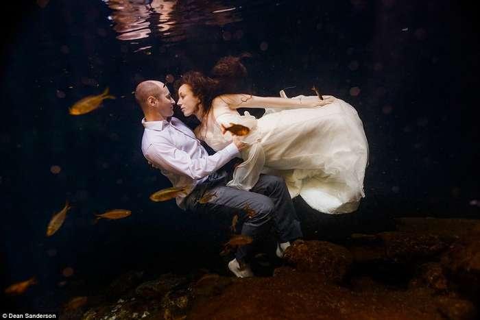 Нестандартный подход к свадебным фото: жених и невеста под водой