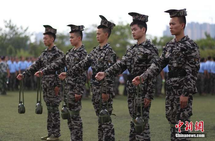 Как муштруют обычных китайских студентов военной подготовкой