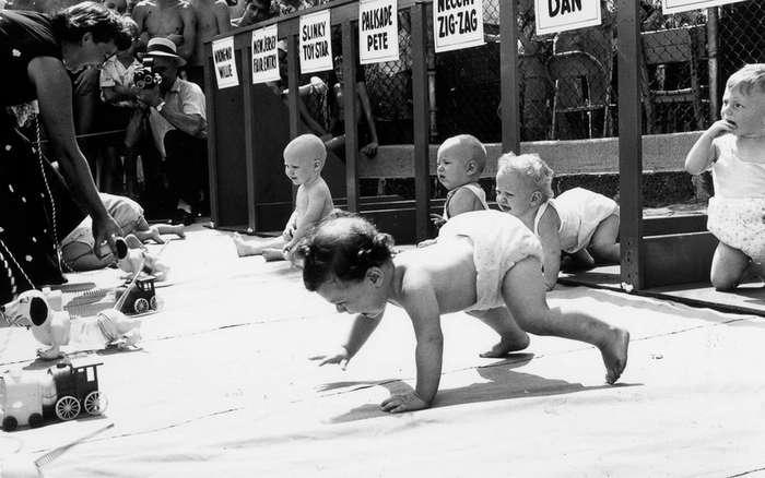 Дерби в подгузниках: как проходили ретрогонки ползающих малышей