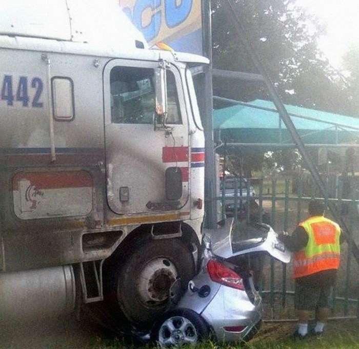 Водитель легковушки остался жив! (3 фото)