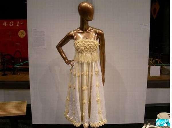 Платье из презервативов (6 фото)