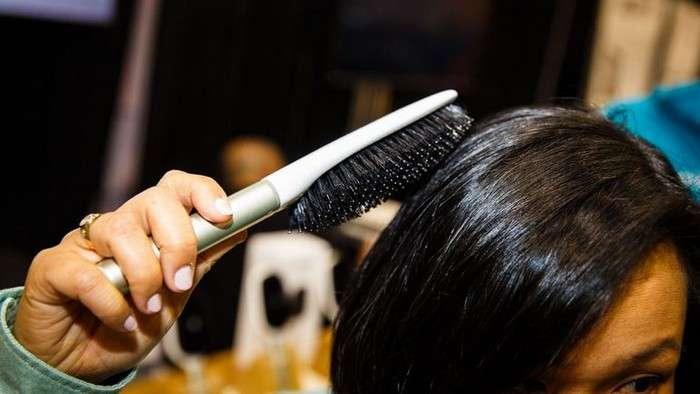 Личный парикмахер, который всегда под рукой: как выглядит первая в мире «умная» расчёска для волос