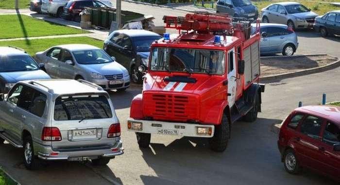 Пожарным и скорым разрешат «таранить» машины во дворах