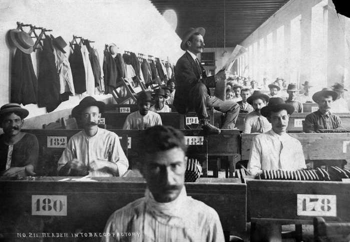 Чтец на табачной фабрике