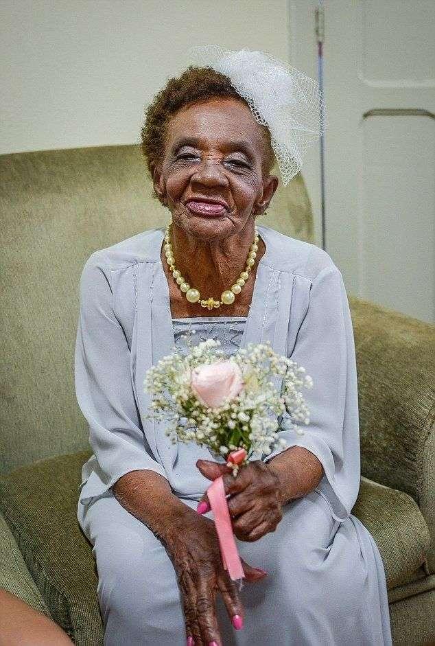 106-летняя старушка вышла замуж за 66-летнего кавалера в доме для престарелых (10 фото)