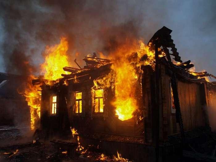 Семилетний мальчик дважды забегал в горящий дом, чтобы спасти сестренок