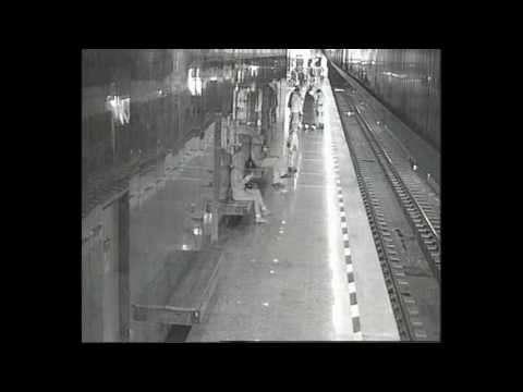 Героический поступок: Мужчина спас школьника, упавшего на рельсы в метро (видео)