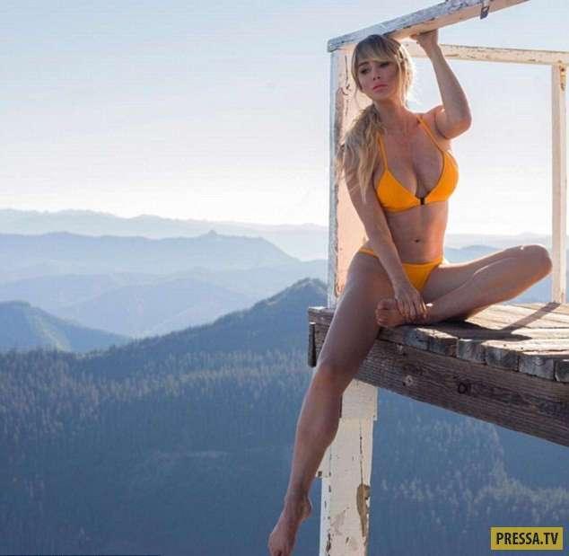Шикарная блондинка любит путешествовать с минимумом одежды (13 фото)