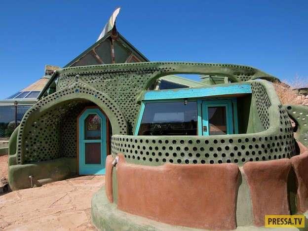 Полностью автономный дом из отходов (11 фото)