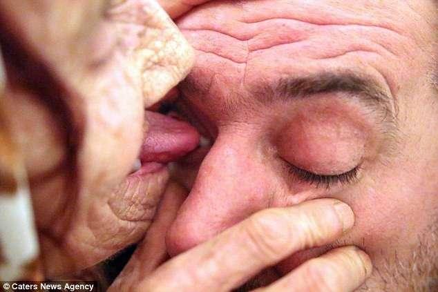 """Бабушка зарабатывает на жизнь тем, что облизывает """"пациентам"""" глаза"""